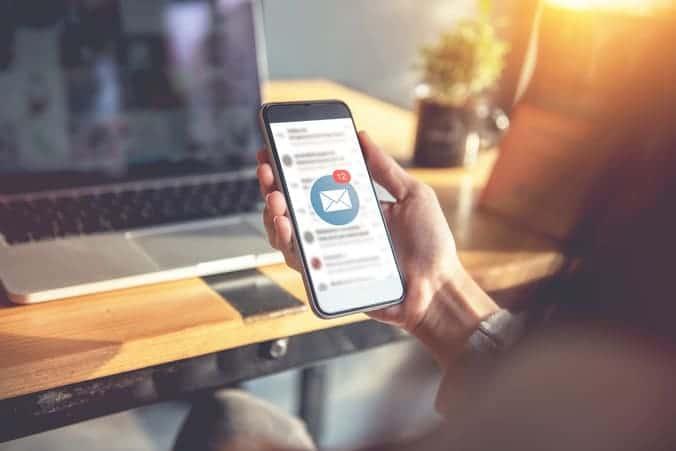 utilisateur recevant une alerte mobile Sage X3